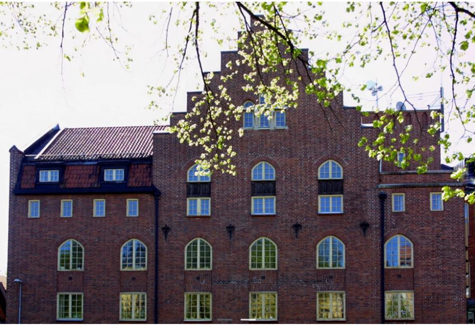Det måste vara betydligt lättare att ställa om Kaniken till ett effektivt konstmuseum än Slottet, skriver Staffan Lövgren och Tomas Klang från Konstens Hus Nu.